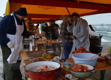 Aleşii locali din comuna Oşorhei vor găti cârnaţi şi toroş, în scop caritabil