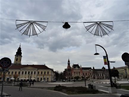 Vin sărbătorile! A început montarea decorațiunilor de Crăciun în centrul Oradiei (FOTO / VIDEO)