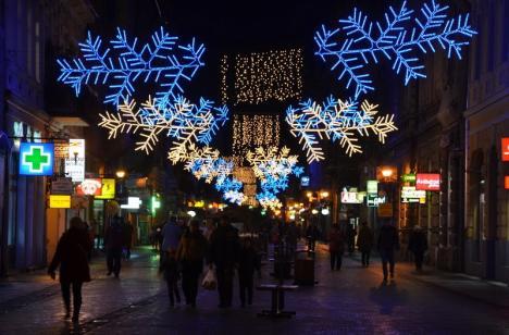 Oradea se pregăteşte de sărbători: 14 kilometri de ghirlande şi peste 300 de figurine şi medalioane, agăţate prin oraş