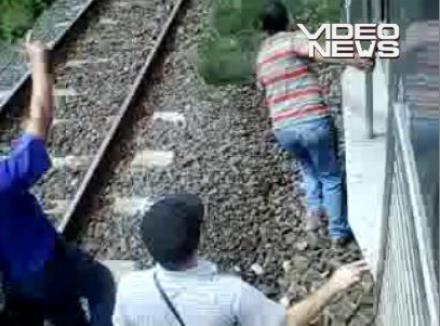 Tren împins de călători! (VIDEO)