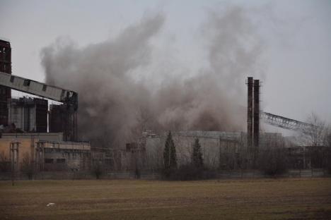 Cădere spectaculoasă: Coşul de fum de la CET II a fost demolat (FOTO/VIDEO)