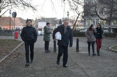 'Bă, Cristi!': Un grup de orădeni a transformat un trend într-o acţiune caritabilă, la care a contribuit şi episcopul Böcskei (FOTO/VIDEO)