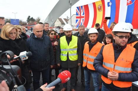 Podul Centenarului a fost inaugurat de o Dacie tricoloră, în prezenţa comisarului european Corina Creţu (FOTO/VIDEO)