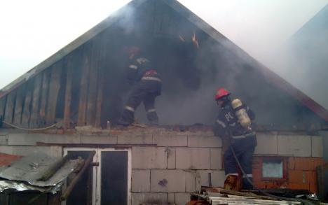 Bătrânică de 79 de ani, rănită după ce flăcările i-au cuprins casa