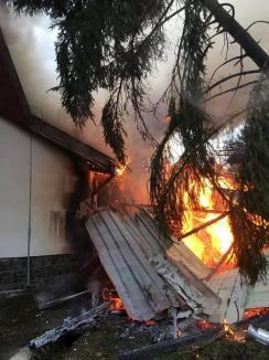 Incendiu la sediul Administraţiei Parcului Natural Apuseni. Flăcările au distrus acoperişul şi o parte din clădire (FOTO)