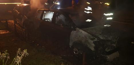 Patru maşini distruse de foc, într-o singură noapte, în Bihor (FOTO)