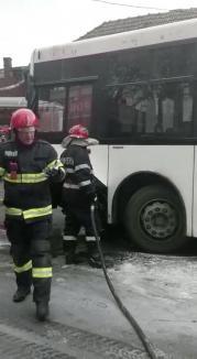 Un autobuz OTL a luat foc pe o stradă din Oradea (FOTO)
