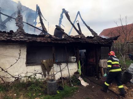 Incendiu violent într-o gospodărie din Bihor. Flăcările s-au extins şi la casa vecină (VIDEO)