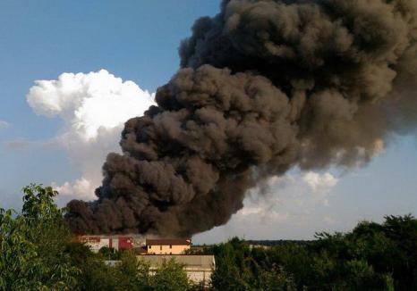 Incendiu puternic în Baloteşti. Explozii succesive la un depozit de mobilă, peste 5.000 de metri pătrați afectați de flăcări (VIDEO)