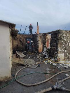 O familie cu doi copii dintr-un sat din Bihor, rămasă pe drumuri după ce casa le-a luat foc (FOTO)