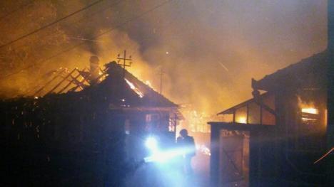 Incendiu uriaş în Bucuroaia: Pompierii l-au stins cu apă adusă de la o distanţă de 7 kilometri (FOTO/VIDEO)