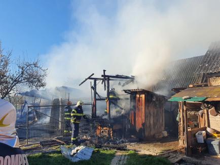 Incendiu devastator în Budureasa. Focul a fost pus intenţionat, vinovatul e căutat de poliţişti (FOTO)