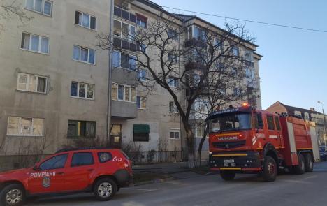 Bloc evacuat în Oradea: O femeie a murit, după ce apartamentul i-a luat foc