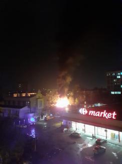 Incendiu puternic în Oradea, în curtea magazinului Carrefour de lângă Spitalul Municipal (FOTO / VIDEO)