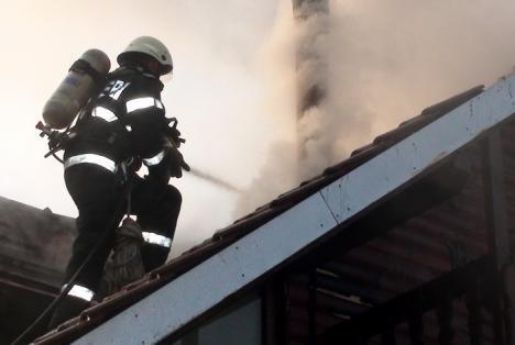 Atenţie la coşurile de fum! O casă din Cordău, distrusă de un incendiu