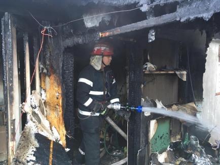 Incendiu violent la o casă în Biharia, izbucnit din cauza jarului căzut din centrala termică (FOTO)
