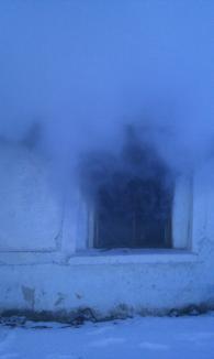 Casă din Salonta, distrusă de foc din pricina jarului căzut din sobă (FOTO)