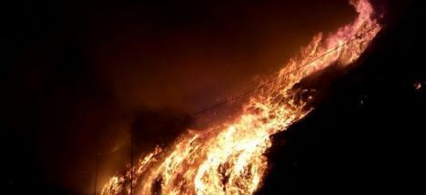 Incendiu uriaş: Cea mai mare groapă de gunoi din Cluj a luat foc (VIDEO)