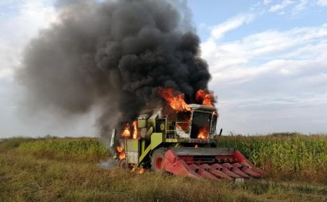 Foc în câmp: Încă o combină în flăcări, pe un teren agricol din Bihor (FOTO / VIDEO)