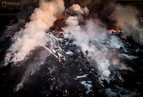 Incendiul de la Nojorid: Garda de Mediu va amenda cu 100.000 de lei firma care deţine depozitul de deşeuri (FOTO)
