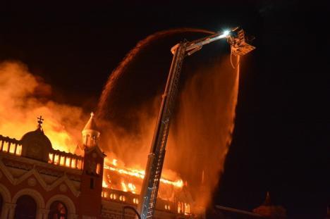 Dezastru în centrul Oradiei: Sediul Episcopiei Greco-Catolice, cuprins de un incendiu de proporţii catastrofale (FOTO/VIDEO)