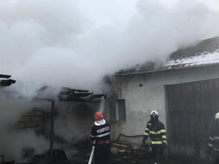 Incendiu puternic la o gospodărie din Lazuri de Beiuș. Un pompier aflat în timpul liber a intervenit primul (FOTO)