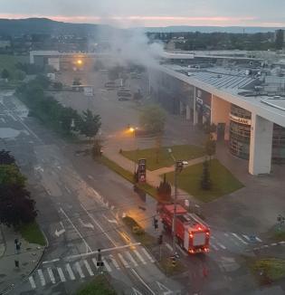 Incendiu, luni dimineaţa, în Oradea, la Lotus Center. Află de la ce a pornit! (FOTO / VIDEO)