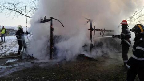 Maşină făcută scrum, într-un garaj cuprins de flăcări (FOTO)