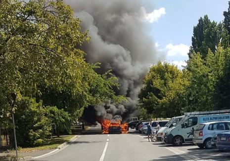 O maşină a fost distrusă în totalitate, într-un incendiu violent în Oradea