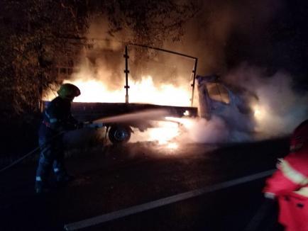 Două incendii la autovehicule, în patru ore, în Bihor. O autoutilitară a luat foc în mers şi 160 de cutii de pantofi au ars (FOTO)