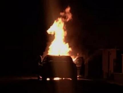 Două autoturisme distruse de flăcări, în câteva ore: O maşină s-a făcut scrum în Oradea, alta în Uileacu de Criş