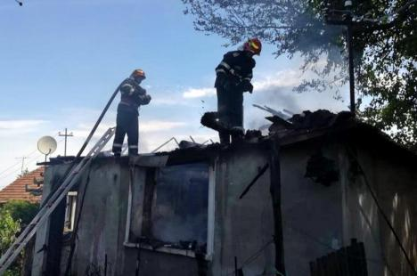 Incendiu uriaş în Mişca: Casă complet distrusă, din cauza unei improvizaţii la reţeaua electrică