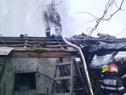 Casă distrusă de flăcări, în Oradea. Incendiul a pornit de la coşul de fum