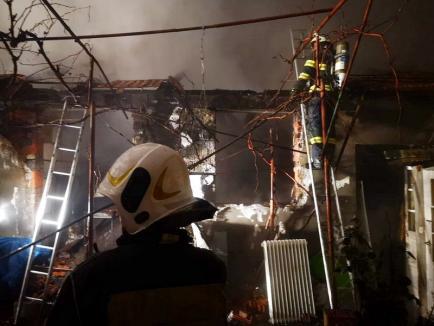 Incendiu puternic în Oradea: Trei case au avut acoperişurile în flăcări, de la hornul uneia dintre ele!