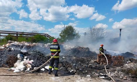 Foc în curtea unei firme din Oradea. Au ars deşeuri din cauciuc, lemn şi polistiren (FOTO / VIDEO)