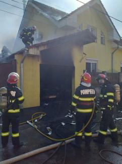 Incendiu în Oradea: Garajul unei case a fost distrus de flăcări, cu tot cu maşina din interior (FOTO / VIDEO)
