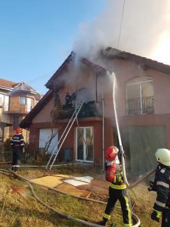 Un nou incendiu în Bihor: Mansarda şi acoperişul unei case din Paleu au luat foc, proprietara s-a intoxicat cu fum! (FOTO / VIDEO)