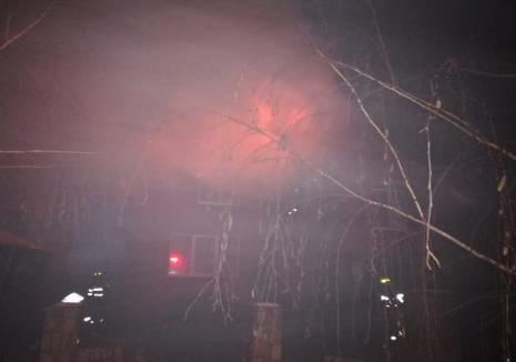 Incendiu în Peştere: Acoperişul unei case a ars complet