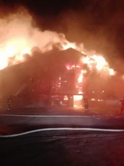 ISU Crişana: Focul a cuprins circa 1600 de metri pătraţi din Piaţa Cetate din Oradea (FOTO / VIDEO)