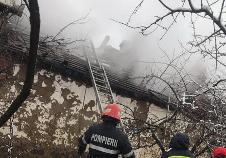Incendiu la Salonta: Acoperişul unei clădiri a luat foc (FOTO)