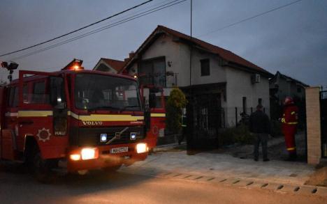 O vilă din Sânmartin, distrusă de un incendiu. Pe stradă nu există niciun hidrant (FOTO)