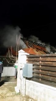 O familie din Sântandrei, cu doi copii mici, a rămas pe drumuri, după ce un incendiu le-a distrus casa (FOTO)