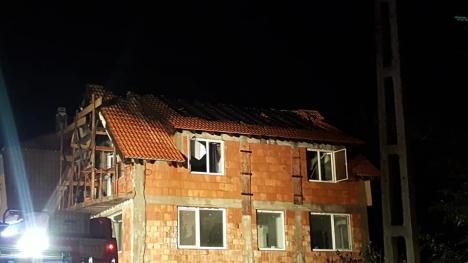 Incendiu violent la o vilă din Oradea: Focul a distrus acoperişul imobilului (FOTO / VIDEO)