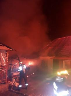 Casă distrusă de flăcări în Subpiatră, din cauza unui scurtcircuit la un boiler (FOTO)