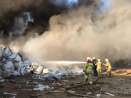"""Incendiul de la Nojorid s-a extins, din cauza vântului. Şeful Gărzii de Mediu Bihor: """"Firma riscă să rămână fără autorizaţie"""" (FOTO / VIDEO)"""