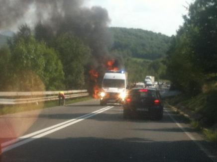 Incendiu de amploare pe Piatra Craiului: TIR în flăcări, circulaţia a fost oprită temporar! (FOTO)