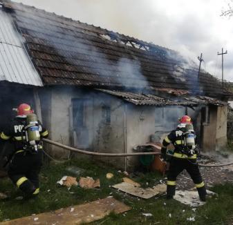 O casă din Bihor, distrusă de incendiu. Proprietara a fost rănită, după ce a încercat să stingă singură focul (VIDEO)