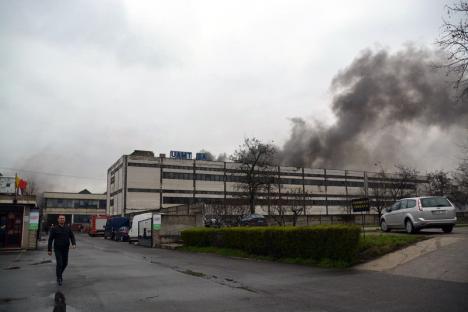 Incendiul de la UAMT, stins după cinci ore. Aproape 100 de pompieri au intervenit