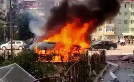O dubă plină cu butelii de oxigen a explodat într-un oraş din România. Doi răniţi, 17 maşini avariate (VIDEO)