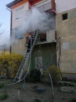 Panică la Valea lui Mihai: Locatarii unui bloc au fost evacuaţi, după ce un apartament a luat foc, din neglijenţa proprietarilor